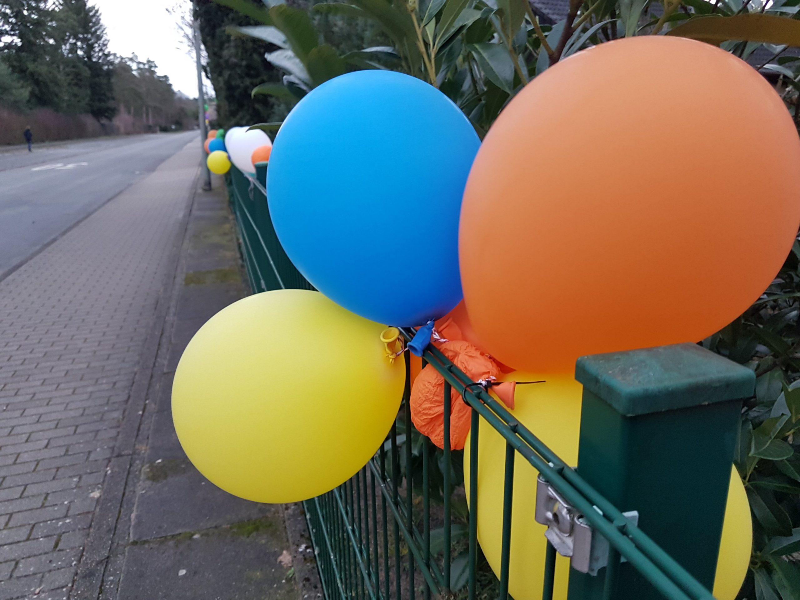 Luftballon Gartenzaun geschmückte Straße